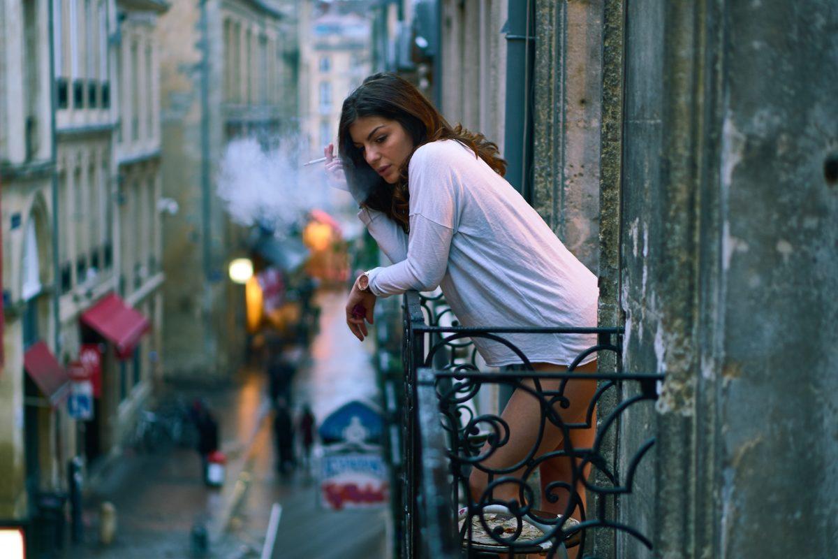 Самооценка девушка выходит на балкон