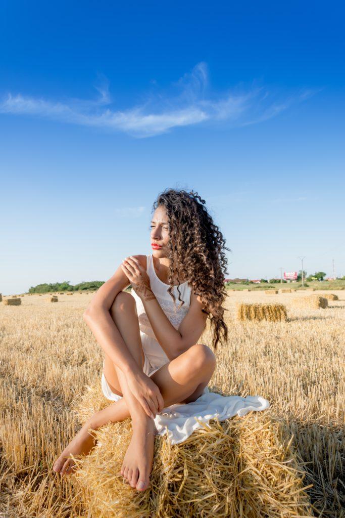 Синдром самозванца Женщина сидит в поле