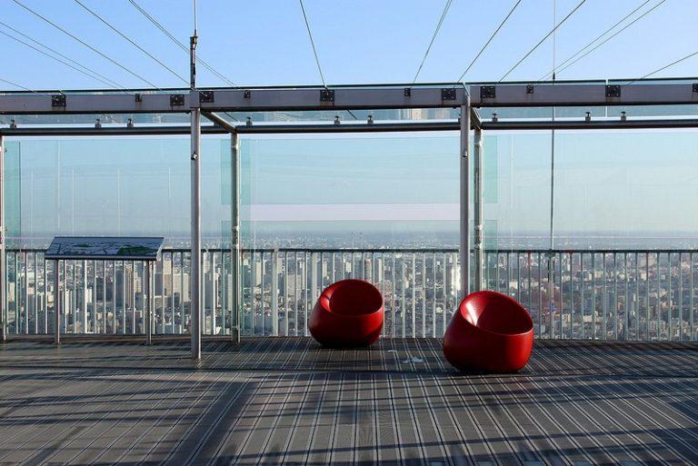 Два кресла на смотровой площадке с видом на город