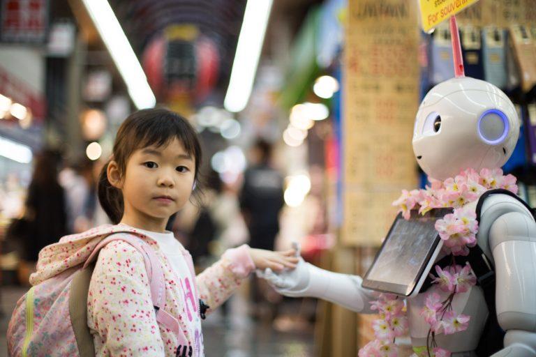 Девочка и робот здороваются Photo by Andy Kelly on Unsplash