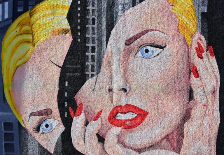 Женское лицо разделяется на два